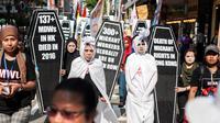 Buruh mengenakan kostum pocong selama unjuk rasa peringatan May Day di Hong Kong, Senin (1/5). Pekerja di berbagai belahan dunia mengadakan aksi Hari Buruh Internasional dengan memadati jalan-jalan besar untuk menyuarakan aspirasi (Richard A. Brooks/AFP)