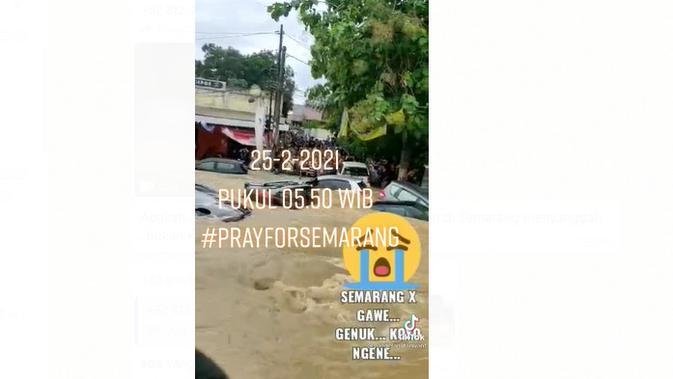 Cek Fakta Liputan6.com menelusuri klaim video kendaraan terseret arus banjir di Semarang