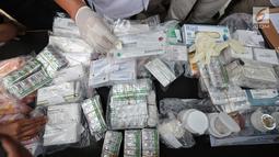 Barang bukti obat- obatan keras saat ungkap kasus di Mapolda Metro Jaya, Jakarta, Selasa (19/9). Polisi menyita 15.367 pil obat daftar G yang tidak terdaftar dari dua lokasi berbeda, yakni Tambora, Jakarta dan Babelan, Bekasi. (Liputan6.com/Faizal Fanani)