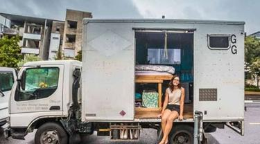 Chrissy Junge asal Australia telah tinggal di truk sejak membelinya pada bulan Mei 2017 (Instagram/Brisbanegirlinavan)