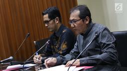 Wakil Ketua KPK, Saut Situmorang (kanan) saat menyampaikan keterangan terkait pengembangan korupsi e-KTP di Gedung KPK, Jakarta, Selasa (13/8/2019). KPK menetapkan empat tersangka baru sehingga hingga kini telah memproses 14 orang yang terlibat dalam kasus tersebut. (Liputan6.com/Helmi Fithriansyah)