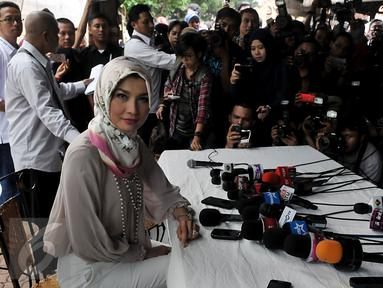 Model dan juga Anggota DPR Arzetti Bilbina berpose saat memberi keterangan pers terkait penggerebekan dirinya, Jakarta, rabu (28/10/2015). Arzetti menyangkal isu perselingkuhan dan menerangkan bahwa dirinya hanya membahas proyek CSR. (Liputan6/JohanTallo)