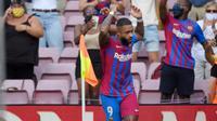 Selebrasi Memphis Depay usai mencetak gol kedua Barcelona lawan Getafe pada lanjutan La Liga Spanyol di Camp Nou (AFP)