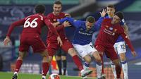 Dua pemain Liverpool Trent Alexander-Arnold dan Jordan Henderson mencoba mengadang pemain Everton Gylfi Sigurdsson dalam lanjutan Liga Inggris di Goodison Park, Senin (22/6/2020) dini hari WIB. (foto AP / Jon Super, Pool )