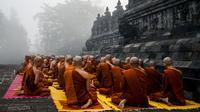 Para biksu memanjatkan doa saat berziarah ke Candi Borobudur, Magelang, Jawa Tengah, Sabtu (18/52019). Ziarah yang diikuti oleh para biksu dan umat Buddha tersebut untuk merefleksikan ajaran Sang Buddha serta menyambut Waisak 2563 BE/2019. (OKA HAMIED/AFP)