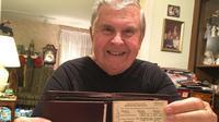Dennis helmer bersama dompetnya (philly)