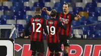 Para pemain AC Milan merayakan gol yang dicetak oleh Zlatan Ibrahimovic ke gawang Napoli pada laga Liga Italia, Minggu (22/11/2020). AC Milan menang dengan skor 3-1. (Alessandro Garofalo/LaPresse via AP)