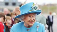 Ratu Inggris Elizabeth II saat menghadiri peresmian jembatan Queensferry, Skotlandia, Minggu (4/9). Pembangunan jembatan ini telah menghabiskan lebih dari 22,6 Triliun rupiah. (Andrew Milligan/PA via AP)