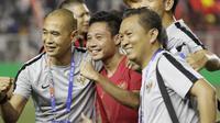 Gelandang Timnas Indonesia U-22, Evan Dimas, bersama official merayakan kemenangan atas Myanmar U-22 pada semifinal SEA Games 2019 di Stadion Rizal Memorial, Manila, Sabtu (7/12). Indonesia menang 4-2 atas Myanmar. (Bola.com/M Iqbal Ichsan)