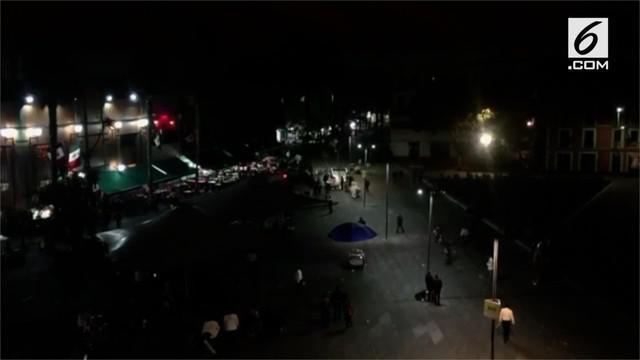 Sekelompok pria berbaju tradisional mariachi menembakan pistol di alun-alun Kota Meksiko.