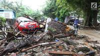 Sebuah mobil di antara puing-puing dari bangunan yang rusak setelah tsunami menerjang kawasan Anyer, Banten, Minggu (23/12). Tsunami menerjang pantai di Selat Sunda, khususnya di daerah Pandenglang, Lampung Selatan, dan Serang. (Liputan6.com/Angga Yuniar)