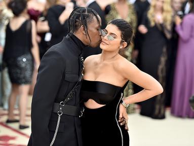 Kylie Jenner seakan tak ingin kebahagiaan hubungannya bersama dengan Travis Scott diusik oleh mulut-mulut yang jahil. (THEO WARGO  GETTY IMAGES NORTH AMERICA  AFP)
