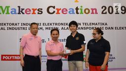 Direktur Industri Elektronika dan Telematika Kemenperin Janu Suryanto (kedua kiri) menyerahkan modul kit IoT kepada perwakilan Hands on Workshop IoT Makers Creation di Semarang, Kamis (1/8/2019). Kegiatan tersebut bertujuan untuk membuat solusi IoT di berbagai bidang. (Liputan6.com/HO/Ady)