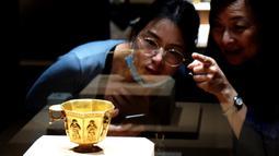 """Pengunjung mengamati sebuah benda dalam pameran bertajuk """"Era Baoli: Harta Karun dari Koleksi Bangkai Kapal Tang"""" di Shanghai, China, pada 14 September 2020. Total 248 buah (kelompok) relik budaya dipertunjukkan dalam pameran yang akan berlangsung hingga 10 Januari 2021 itu. (Xinhua/Ren Long)"""