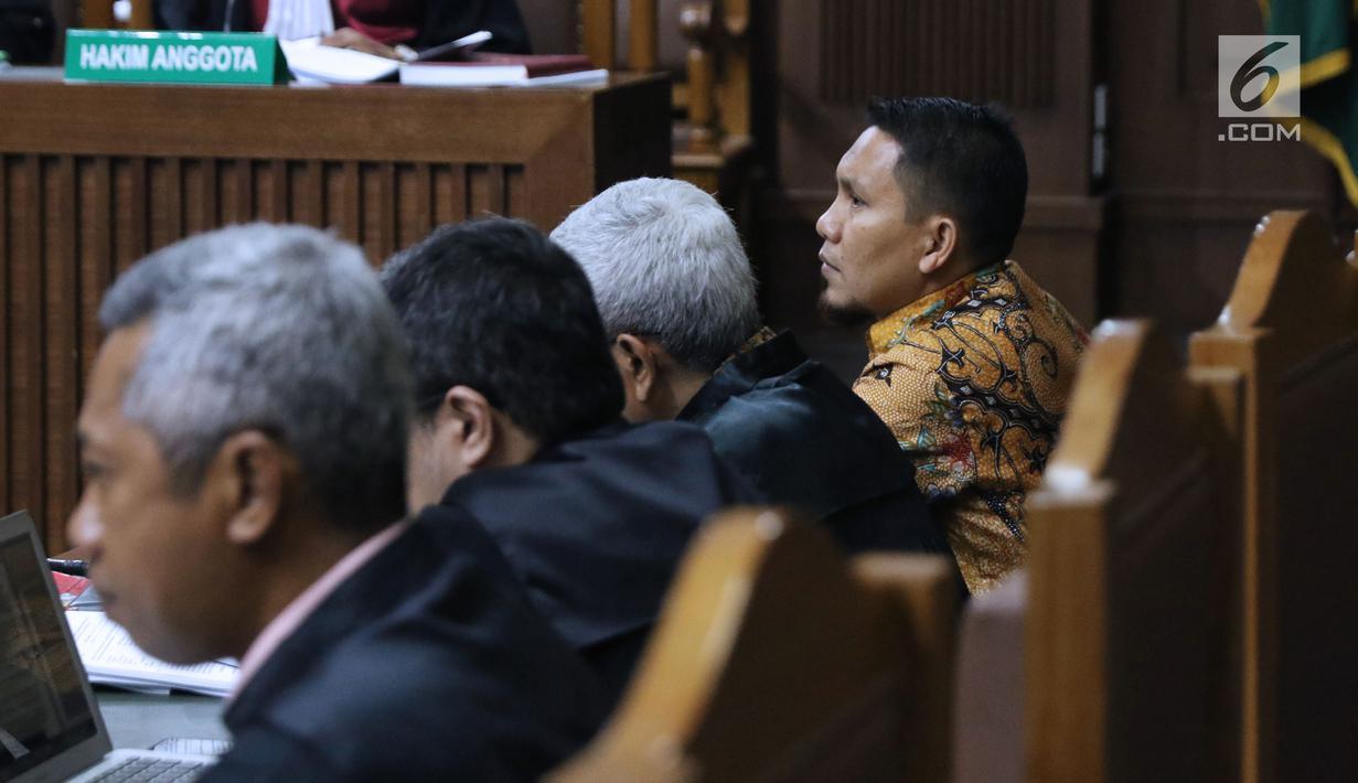 Bupati nonaktif Bener Meriah, Ahmadi (kanan) saat menjalani sidang lanjutan dugaan suap alokasi dan anggaran Dana Otonomi Khusus Aceh di Pengadilan Tipikor, Jakarta, Senin (15/10). Sidang mendengar keterangan saksi. (Liputan6.com/Helmi Fithriansyah)