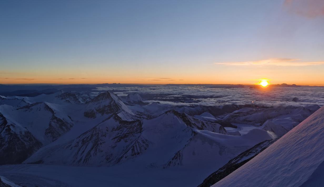 Foto yang diabadikan menggunakan ponsel ini menunjukkan pemandangan di Gunung Qomolangma pada ketinggian 7.028 meter pada 12 Mei 2020. (Xinhua/Penpa)