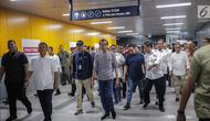 Presiden Joko Widodo bersiap menaiki moda raya terpadu (MRT) di Stasiun MRT Istora Mandiri, Jakarta, Minggu (24/3). Jokowi dijadwalkan bakal meresmikan beroperasinya moda raya terpadu (MRT) Jakarta fase I Lebak Bulus-Bundaran HI hari ini, Minggu, 24 Maret 2019. (Liputan6.com/Faizal Fanani)