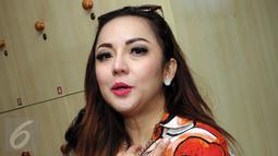 Artis fenomenal, Regina Andriane saat mendatangi gedung KPK,  Jakarta, senin (1/2). Belum diketahui pasti kedatangan Regina ke KPK. (Liputan6.com/Helmi Afandi)