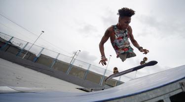 Imigran Venezuela, Alfonso Mendoza alias Alca berlatih skateboard di sebuah taman di Barranquilla, Kolombia, 28 September 2018. Alca tiba di Kolombia sembilan bulan lalu. (Raul ARBOLEDA/AFP)