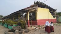 3 ruang kelas SDN Malangnengah II di Tangerang ambruk. (Liputan6.com/ Pramita Tristiawati)
