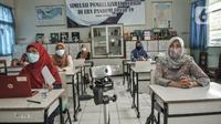 Suasana saat Simulasi Persiapan Kelas Hybrid dalam Pembelajaran Jarak Jauh di SMPN 255, Jakarta, Selasa (30/3/2021). Terkait rencana sekolah tatap muka di Tahun Ajaran Baru, pihak SMPN 255 menggelar simulasi kegiatan belajar mengajar (KBM) dengan model kelas Hybrid. (merdeka.com/Iqbal S Nugroho)