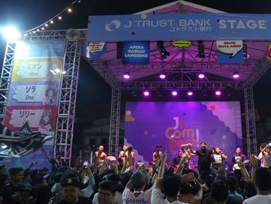 Para Komika dan Orkes Pensil Alis saat menghibur penonton selama acara Jakarta International Comedy Festival (JICOMFEST) 2019 di panggung J-Trust di JIExpo, Kemayoran, Jakarta, Sabtu (3/8/2019). (Kapanlagi.com/Daniel Kampua)