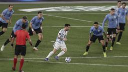Bermain di kandang sendiri, Timnas Uruguay mendapat perlawanan sengit dari Argentina. Lionel Messi dan Giovani Lo Celso bergantian mengancam gawang Timnas Uruguay. (AFP/Alejandro Pagni)