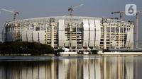 Suasana pembangunan Jakarta International Stadium (JIS) yang terlihat dari Waduk Cincin, Tanjung Priok, Jakarta, Senin (16/8/2021). Selain penyelenggaraan Formula E, Gubernur DKI Jakarta Anies Baswedan menargetkan JIS diresmikan akhir tahun ini. (Liputan6.com/Johan Tallo)