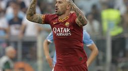 Bek AS Roma, Aleksandar Kolarov berselebrasi usai mencetak gol ke gawang Lazio pada pertandingan Serie A Liga Italia di stadion Olimpico (1/9/2019). Lazio dan Roma bermain imbang 1-1. (AP Photo/Alessandra Tarantino)