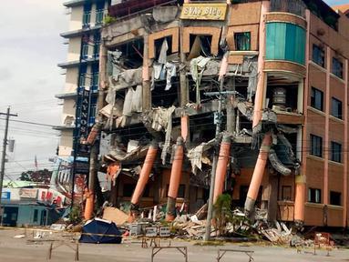 Kondisi Hotel Eva setelah gempa bumi kuat melanda kota Kidapawan di provinsi Cotabato utara, Kamis (31/10/2019). Gempa bumi kembali mengguncang Filipina selatan, kali ini bermagnitudo 6, dan merupakan gempa kuat ketiga dalam bulan ini yang berpotensi menimbulkan kerusakan. (AP/Williamor Magbanua)