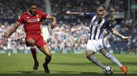 Pemain Liverpool, Joe Gomez (kiri) menutup ruang tembak pemain West Bromwich Albion, James McClean pada lanjutan Premier League di The Hawthorns, West Bromwich, (21/4/2018).  West Bromwich imbangi Liverpool 2-2. (Nigel French/PA via AP)
