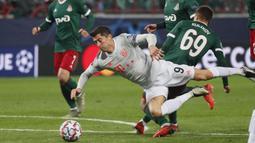 Penyerang Bayern Munchen, Robert Lewandowski, berebut bola dengan gelandang Lokomotiv Moscow, Daniel Kulikov, pada laga lanjutan Liga Champions 2020/2021 di RZD Arena, Rabu (28/10/2020) dini hari WIB. Bayern Munchen menang 2-1 atas Lokomotiv. (AFP/Maxim Shipenkov/pool)