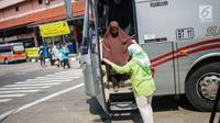 Penumpang turun dari bus Antar Kota Antar Provinsi (AKAP) di Terminal Kampung Rambutan, Jakarta Timur, Minggu (9/6/2019). Jumlah penumpang yang memasuki terminal Kampung Rambutan dalam arus balik Lebaran 2019 diperkirakan bakal memuncak pada Minggu (9/6) ini. (Liputan6.com/Faizal Fanani)