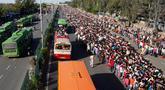 Buruh migran India menunggu bus untuk mengangkut mereka menuju kampung halaman setelah pemberlakukan lockdown di New Delhi, Sabtu (28/3/2020). Arus eksodus massal ini terjadi beberapa jam setelah otoritas setempat mengumumkan menyediakan ratusan bus bagi yang ingin meninggalkan Delhi. (AP Photo)