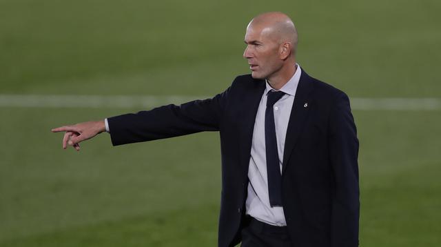 Pelatih Real Madrid, Zinedine Zidane, memberikan arahan kepada pemainnya saat menghadapi Real Valladolid pada laga lanjutan Liga Spanyol di Estadio Alfredo Di Stefano, Kamis (1/10/2020) dini hari WIB. Real Madrid menang 1-0 atas Valladolid. (AP Photo/Manu Fernandez)