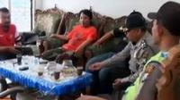 Selain mengancam, peneror juga mengigatkan wartawan untuk tidak meliput kegiatan antipenambangan pasir di Selok Awar awar.