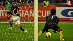 Kiper Laos, Sengphacan menangkap tendangan dari pemain Malaysia, Norshahrul dalam Laga Piala AFF Suzuki 2012 grup B di Stadion Bukit Jalil, Kuala Lumpur Malaysia, rabu 28 November 2012. pertandingan dimenangkan Malaysia dengan skor 4-1.