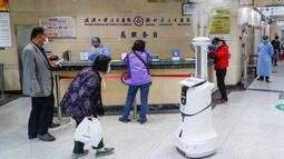 Sebuah robot pintar melakukan disinfeksi di ruang rawat jalan Rumah Sakit Renmin Universitas Wuhan di Wuhan, Provinsi Hubei, China, pada 16 Maret 2020. Robot pintar itu mampu melakukan pekerjaan disinfeksi secara otomatis di sejumlah lokasi yang telah ditentukan satu per satu. (Xinhua/Shen Bohan)