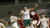 Gelandang Tira Persikabo, Guntur Triaji (tengah) menyundul bola ke gawang Timnas Indonesia. (Foto: Bola.com/M. Iqbal Ichsan)