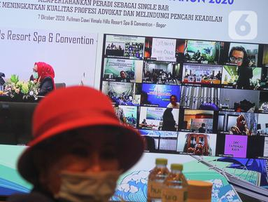 Sejumlah perwakilan DPC Perhimpunan Advokat Indonesia (Peradi) ketika mengikuti Munas III Peradi secara daring di Bogor, Rabu (7/10/2020). Sebanyak 900 anggota dalam Munas III Peradi hadir secara daring dengan pembahasan AD/ART dan pemilihan ketua umum Peradi 2020-2025. (Liputan6.com/HO/Agus)