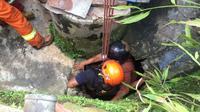 Petugas Diskar PB Kota Bandung menyelamatkan Waliyah yang jatuh ke dalam sumur. (Dok. Diskar PB Kota Bandung). (Huyogo Simbolon)