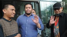 Ketua Wadah Pegawai KPK Yudi Purnomo Harahap  (kiri), Manager Advokasi Asia Pasifik Amnesty Internasional Fransisco Bencosme (tengah) dan penyidik senior KPK, Novel Baswedan (kanan) memberikan keterangan usai melakukan pertemuan di Gedung KPK, Jakarta, Jumat (26/4). (merdeka.com/Dwi Narwoko)