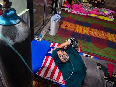 Warga mendapat perawatan medis karena terpapar asap kebakaran hutan dan lahan (karhutla) di Rumah Singgah Korban Asap di Pekanbaru, Jumat (20/9/2019). Data Kemenkes sebanyak 15.346 warga di Provinsi Riau menderita ISPA akibat kabut asap karhutla dalam kurun waktu September 2019. (Wahyudi/AFP)