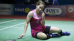 Ratchanok Intanon terpaku usai gagal mengembalikan bola Tai Tzu Ying asal Taiwan di perempat final Indonesia Open 2019. (Bola.com/Peksi Cahyo)