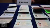 Barang bukti paspor diamankan saat konferensi pers di Kantor Imigrasi Kelas I Khusus Jakarta Barat, Sabtu (7/1). 20 perempuan tersebut berkewarganegaraan Tiongkok, Vietnam dan Thailand berusia 19-40 tahun. (Liputan6.com/Johan Tallo)