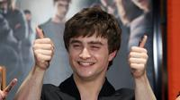 Daniel Radcliffe nampaknya miliki nasib yang sama dengan Harry Potter. Keduanya tak lulus SMA. Hal itu dikarenakan kepercayaan dirinya bahkan dihancurkan oleh beberapa guru. (VALERIE MACON / AFP)