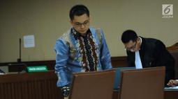 Tersangka dugaan suap terhadap Ketua Pengadilan Tinggi Manado Sudiwardono, Aditya Anugrah Moha saat mengikuti sidang perdana di Pengadilan Tipikor, Jakarta, Rabu (28/2). Sidang mendengar pembacaan dakwaan JPU. (Liputan6.com/Helmi Fithriansyah)