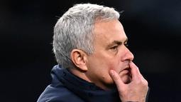 Pelatih Tottenham Hotspur, Jose Mourinho, tampak kecewa usai anak asuhnya ditaklukkan Leicester City pada laga Liga Inggris, Minggu (20/12/2020). Spurs menyerah dengan skor 2-0. (Andy Rain/POOL/AFP)