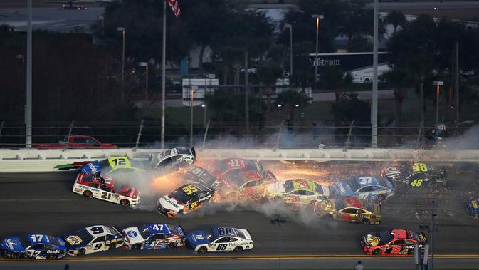 Sejumlah mobil terlibat kecelakaan dalam balapan NASCAR Daytona 500 di Daytona International Speedway, Daytona Beach, Florida, AS, Minggu (17/2). Kecelakaan terjadi saat balapan tersila 10 lap. (AP Photo/Jim Topper)