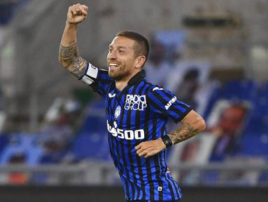 Pemain Atalanta, Alejandro Gomez, melakukan selebrasi usai mencetak gol ke gawang Lazio pada laga Liga Italia di Stadion Olimpico, Roma, Rabu (30/9/2020). Atalanta menang dengan skor 4-1. (Alfredo Falcone/LaPresse via AP)